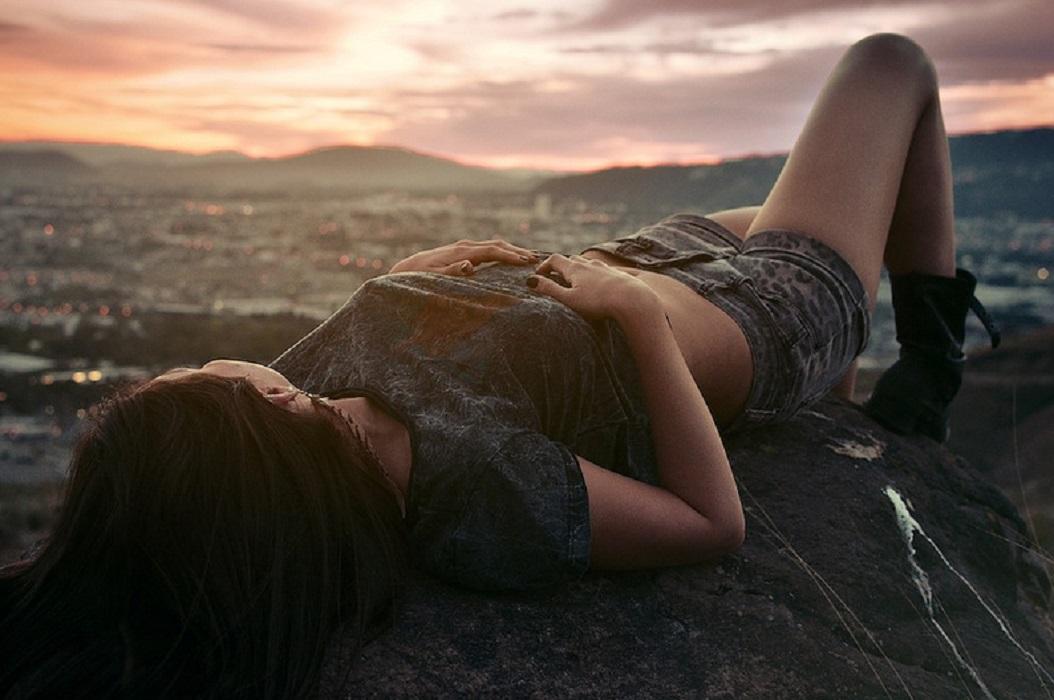 Стоять во сне на краю обрыва — значит, наяву вам предстоит пойти на риск, хотя это и не свойственно вашему характеру.